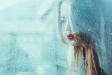 Derealisatie vrouw raam