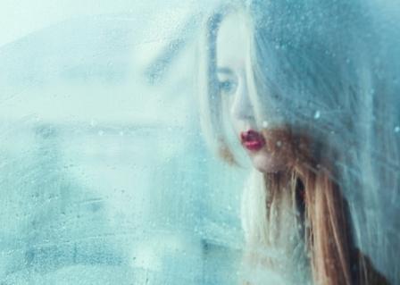 Dissociatie vrouw raam